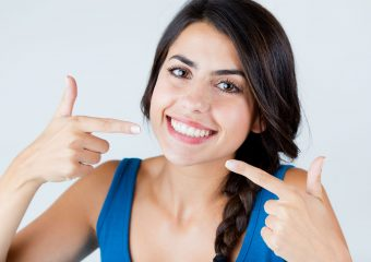 Weiße Zähne bekommen: Ernährung, Bleaching & Hausmittel